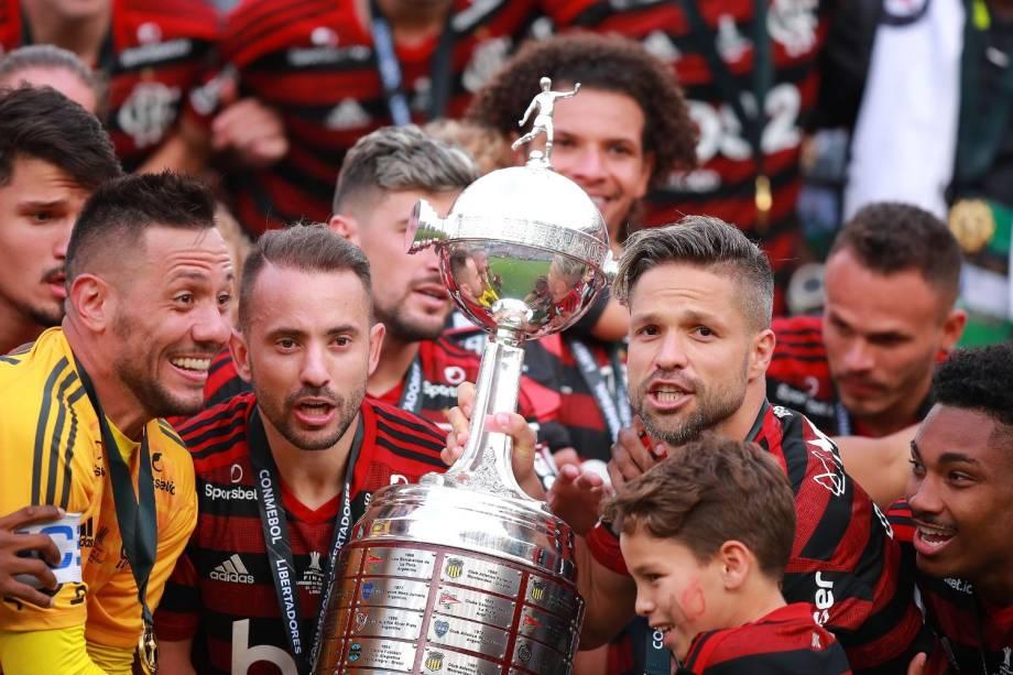 Da esquerda para a direita: Diego Alves, Éverton Ribeiro e Diego Ribas levantam juntos a taça da Libertadores, a segunda da história do Flamengo