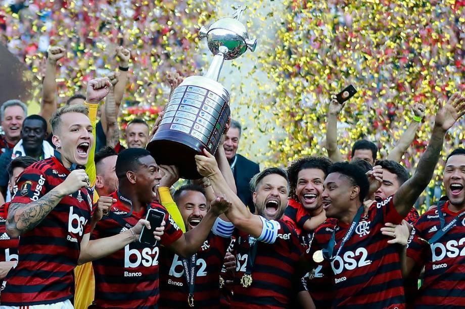 Diego Ribas ergue a taça de campeão do Flamengo, a segunda Libertadores da história do clube carioca