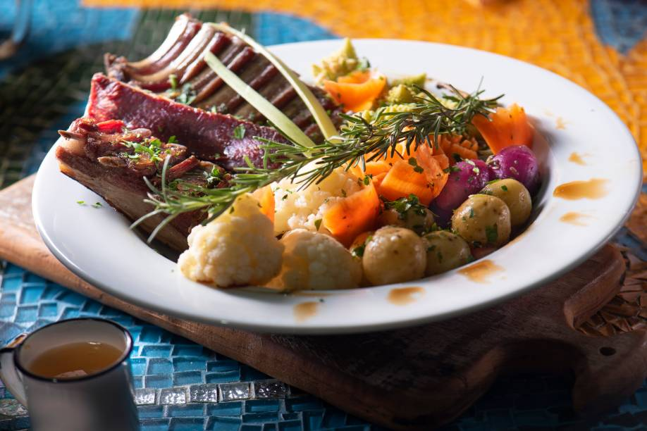 Costelinha de carneiro defumada: feijão tropeiro e arroz acompanham a pedida
