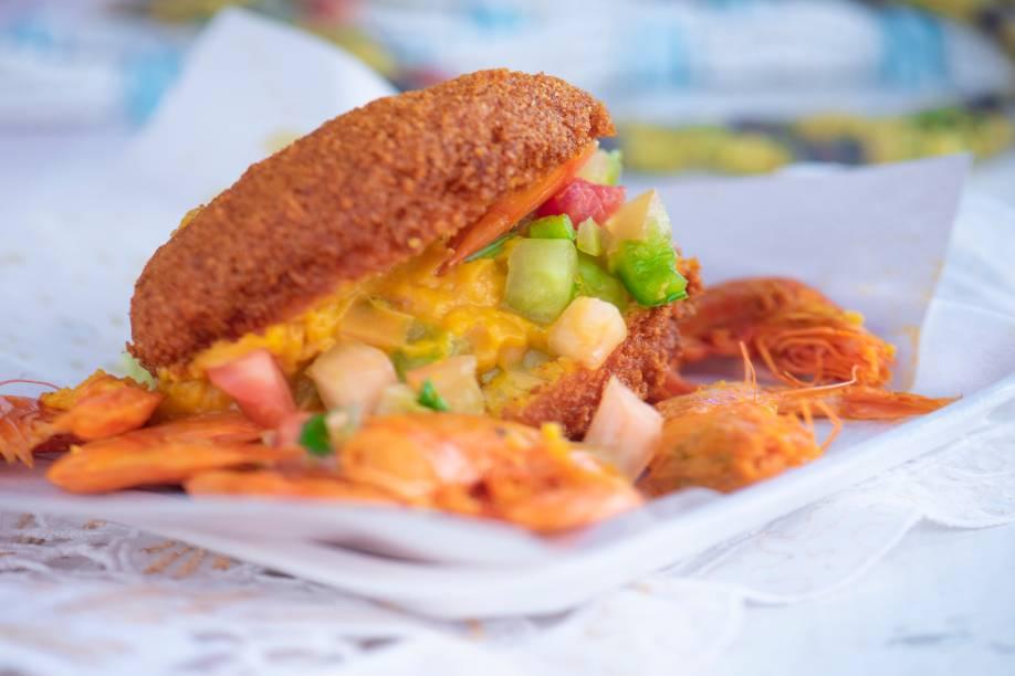 O campeão: vatapá, molho de pimenta, salada de tomate e generosos camarões secos compõe o quitute