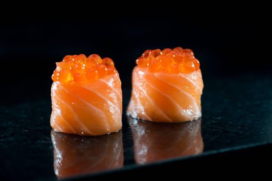 Dupla de sushis de salmão com ovas do mesmo peixe, do Shiro: campeão do ano entre os restaurantes japoneses