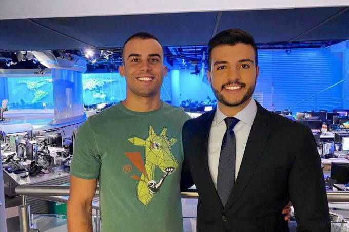 O jornalista Matheus Ribeiro leva o namorado, o policial militar Yuri Piazzarollo, para conhecer o estúdio do 'Jornal Nacional'