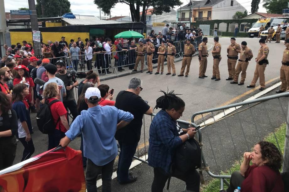 Policia Militar organiza a entrada da sede da Policia Federal, em Curitiba