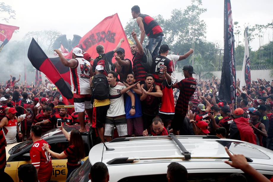 A torcida rubro-negra lotou os arredores do Ninho do Urubu, o centro de treinamento do Flamengo no Rio de Janeiro