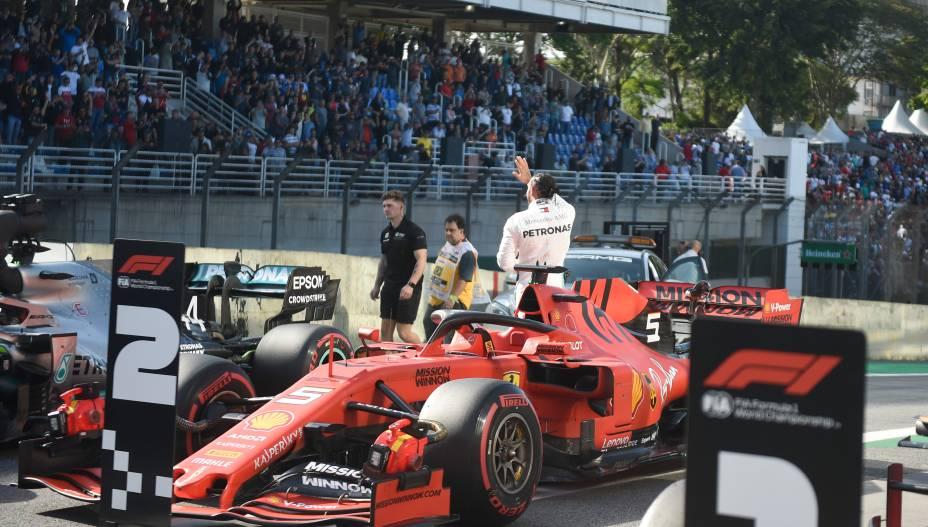 Lewis Hamilton agradece ao público após término do treino classificatório para o GP Brasil de Fórmula 1, no Autódromo de Interlagos