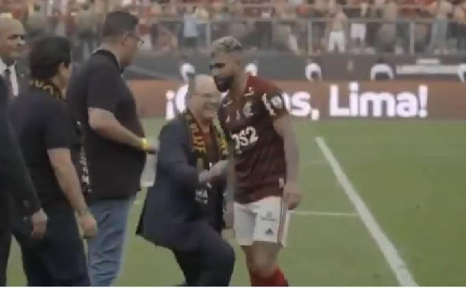 O governador do Rio de Janeiro Wilson Witzel cumprimenta o artilheiro Gabigol após Flamengo conquistar a Libertadores em Lima (23/11/2019)