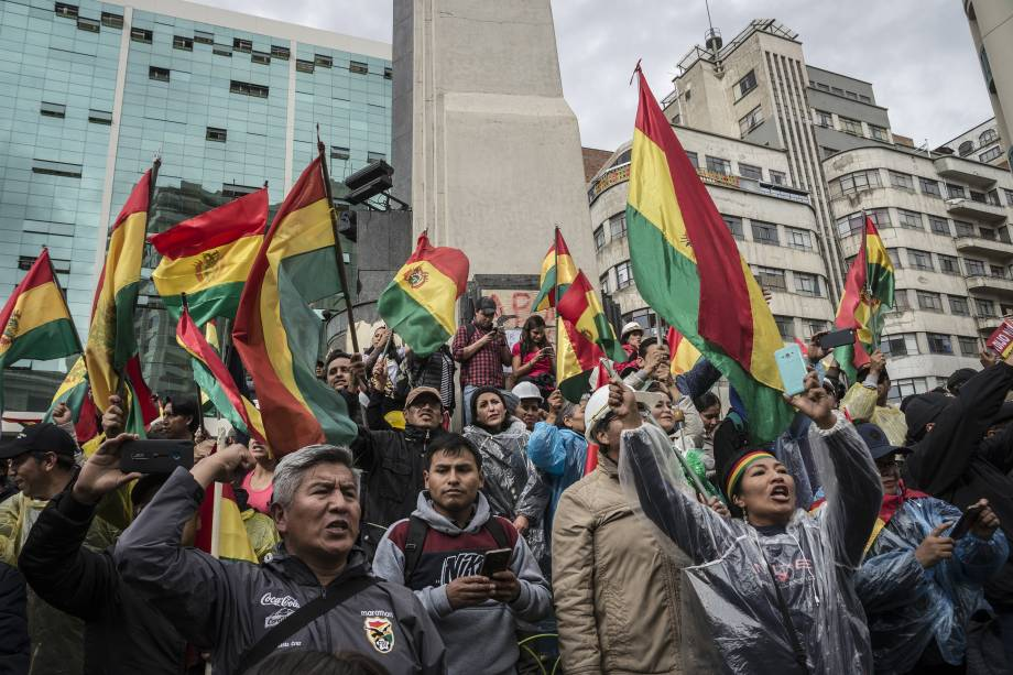 Milhares de pessoas da oposição comemoram depois que o presidente da Bolívia Evo Morales anunciou sua renúncia em La Paz, Bolívia