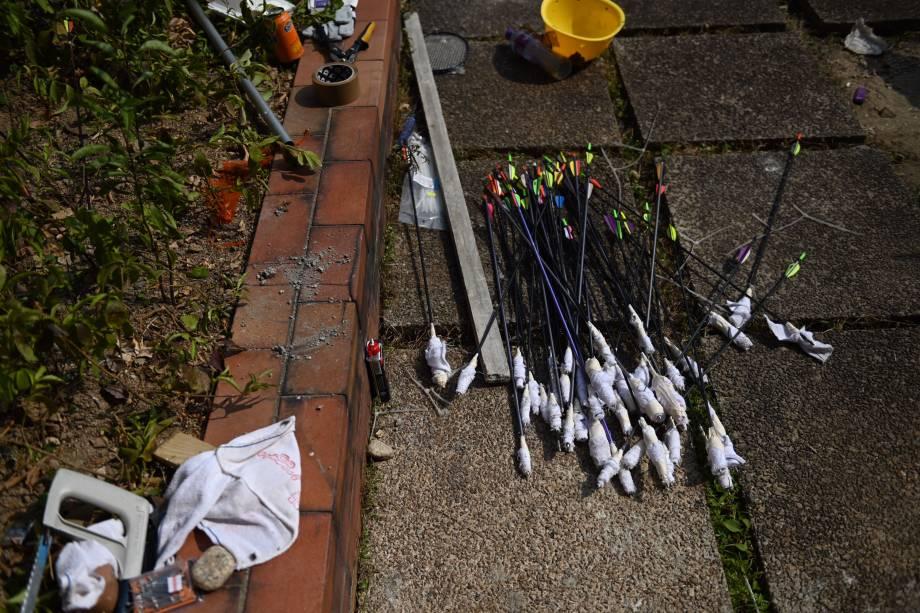 Flechas são vistas no chão dentro da Universidade Politécnica no distrito de Tsim Sha Tusi durante um protesto antigovernamental em Hong Kong, China
