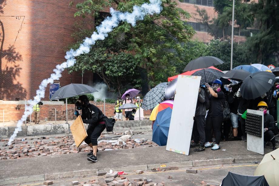 Manifestantes antigovernamentais confrontam com a polícia na Universidade Politécnica de Hong Kong