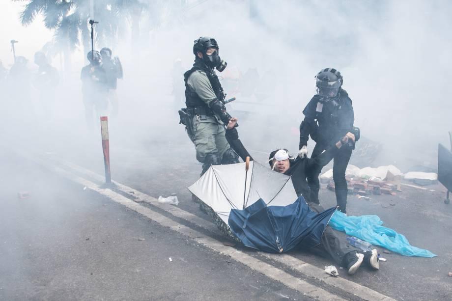 A polícia prende manifestantes antigovernamentais na Universidade Politécnica de Hong Kong