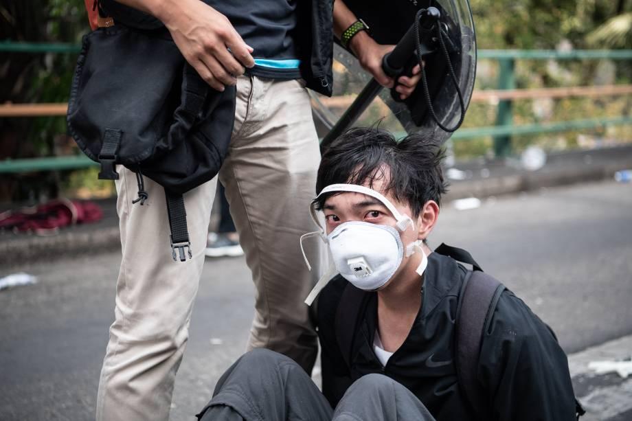 Polícia prende manifestantes antigovernamentais na Universidade Politécnica de Hong Kong