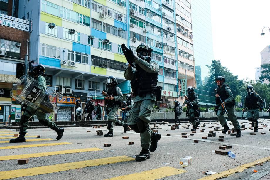 A polícia de choque confronta manifestantes em Nathan Road durante a manifestação