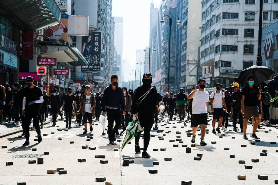 Os manifestantes confrontam a polícia na Nathan Road durante a manifestação. Como um impasse continuou em Hong Kong, os manifestantes entraram em conflito com a polícia perto da Universidade Politécnica de Hong Kong, em Kowloon, levando a várias prisões e feridos