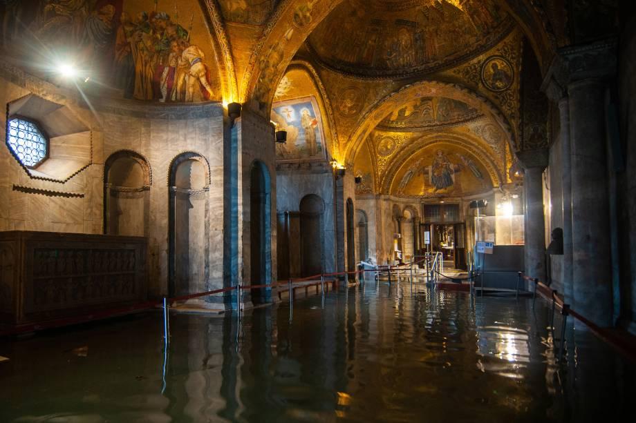 A Basílica de São Marcos, inundada, após uma maré alta em Veneza, Itália - 13/11/2019