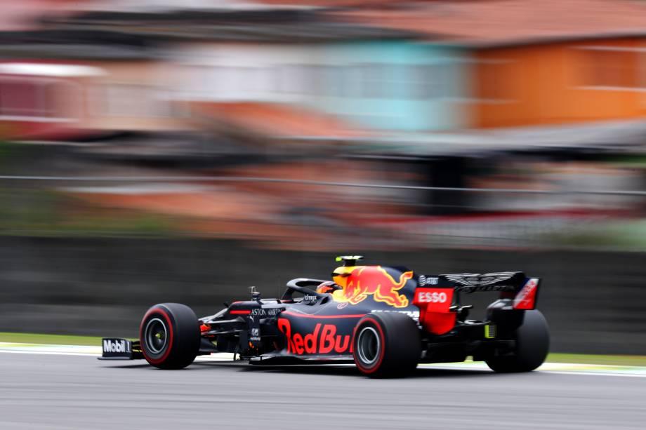 Alexander Albon da Tailândia dirigindo o Aston Martin Red Bull Racing RB15 na pista durante os treinos finais para o Grande Prêmio de F1 do Brasil no Autódromo de Interlagos