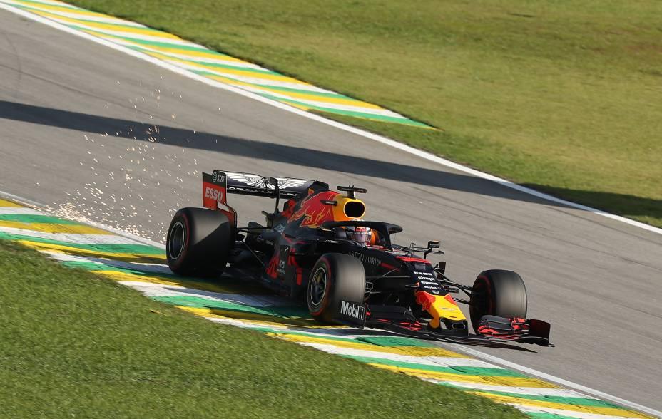Faíscas voam atrás de Max Verstappen na pista durante a qualificação para o Grande Prêmio de F1 do Brasil