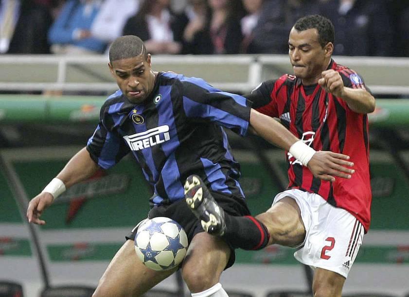 MILAN, ITALY - APRIL 14: Cafu of AC Milan challenges Adriano of Inter during the Serie A match between ACCafu e Adriano lutam pela bola em um clássico entre Inter de Milão e Milan em 2006