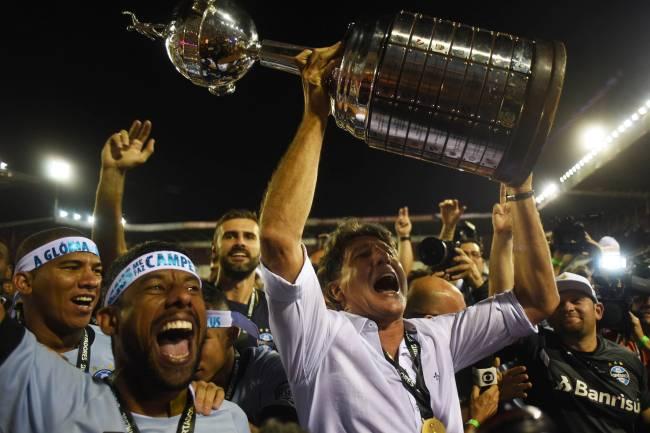 O técnico do Grêmio Renato Gaúcho levanta o troféu da Libertadores 2017 -