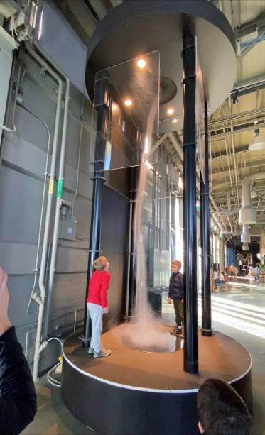 Simulador de tornado no museu Exploratorium, em São Francisco (EUA)