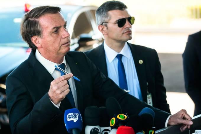 O presidente Jair Bolsonaro fala à  imprensa ao sair do Palácio da Alvorada