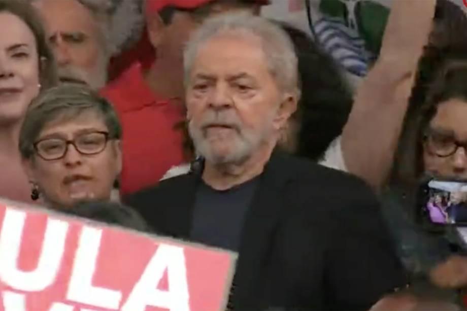 Lula sobe ao palanque para falar com os apoiadores, em Curitiba