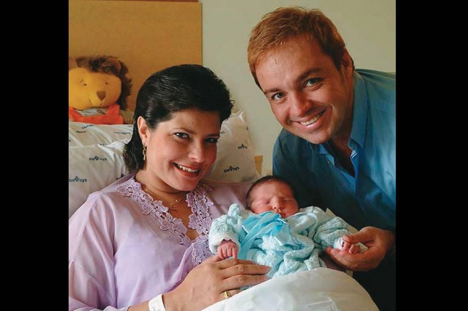 O apresentador Gugu Liberato e a médica Rose Mirian Souza Di Matteo com o filho recém-nascido João Augusto, na maternidade do Hospital São Luiz.