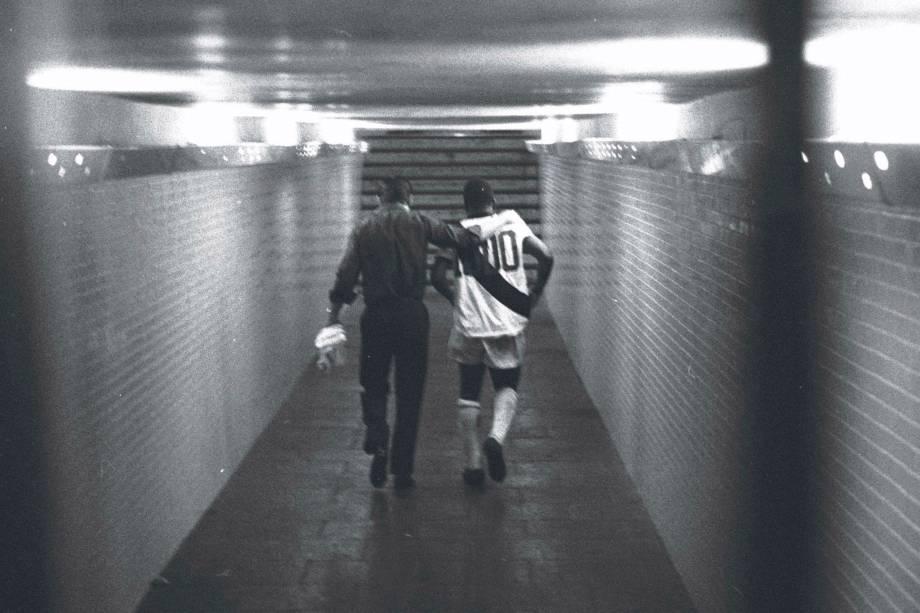 Pelé ganhou de presente uma camisa comemorativa do Vasco, com o número 1.000 nas costas