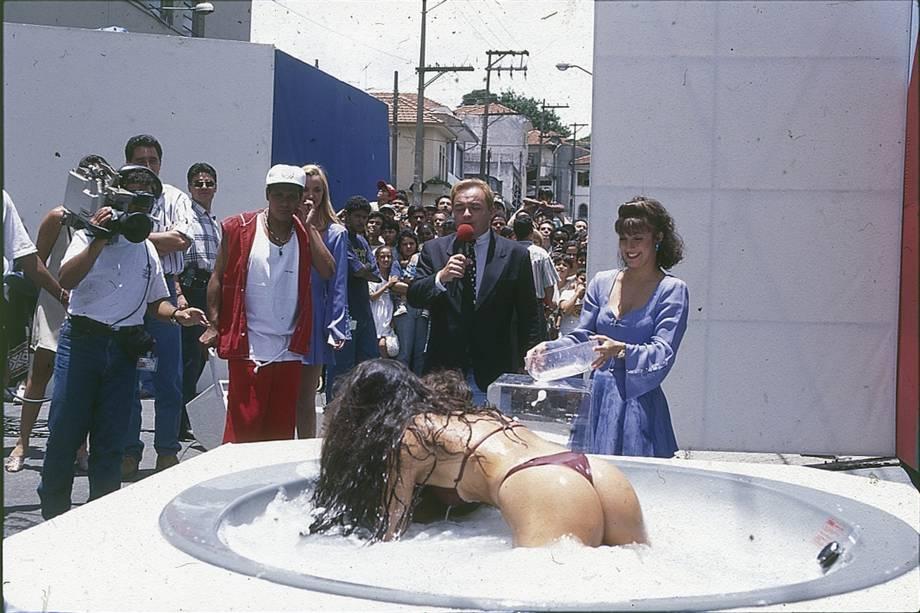 """Gugu apresentando o quadro """"A mulher na banheira"""", em 1995"""
