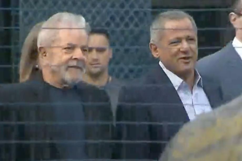 O ex-presidente Lula sai da prisão, em Curitiba