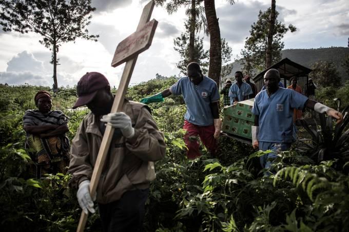 Agentes de saúde carregam um caixão com uma vítima de ebola em 16 de maio de 2019, na cidade de Butembo, na República Democrática do Congo