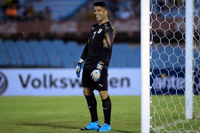 Atacante Luis Suárez atacou de goleiro na despedida do compatriota Forlán em Montevidéu
