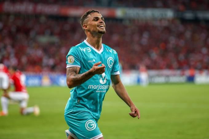 Michael, do Goiás, comemora seu gol contra o Internacional