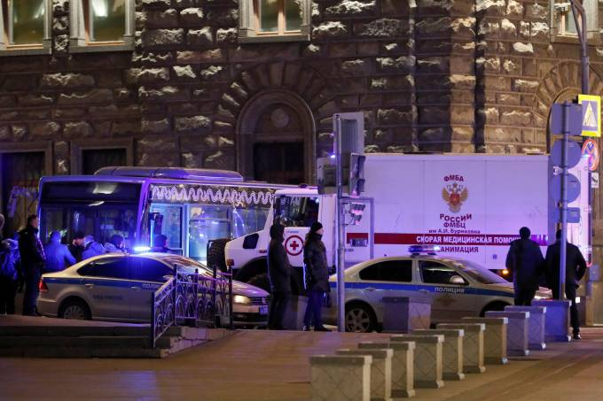 Ambulância perto de local de tiroteio perto da sede do serviço de segurança da Rússia, em Moscou