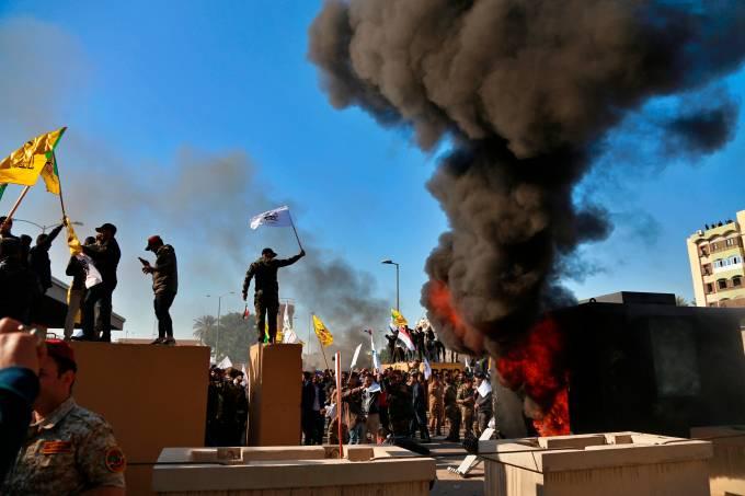 Manifestantes protestam em frente à embaixada dos Estados Unidos em Bagdá, no Iraque (21/12/2019)
