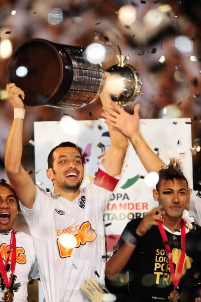 O capitão Edu Dracena ergue a taça da Libertadores ao lado de Neymar em 2011