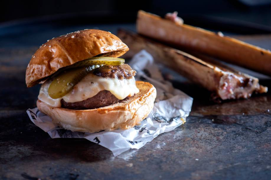 Hambúrguer de tutano: disco de 180 gramas de blend de peito de gordura de gado angus, creme de queijo, tutano de boi, picles e maionese defumada