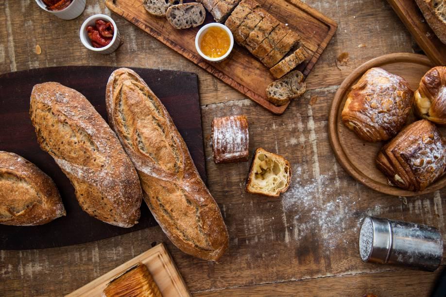 As delícias da padaria campeã: tábua de compartir com cinco acompanhamentos, folhado de goiabada e requeijão, filão mix com farinhas integrais e o folhado de maçã verde com creme
