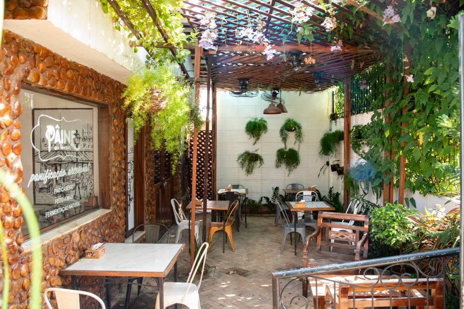 Área externa da unidade Castro Monte: agradável para degustar as comidinhas tricampeãs
