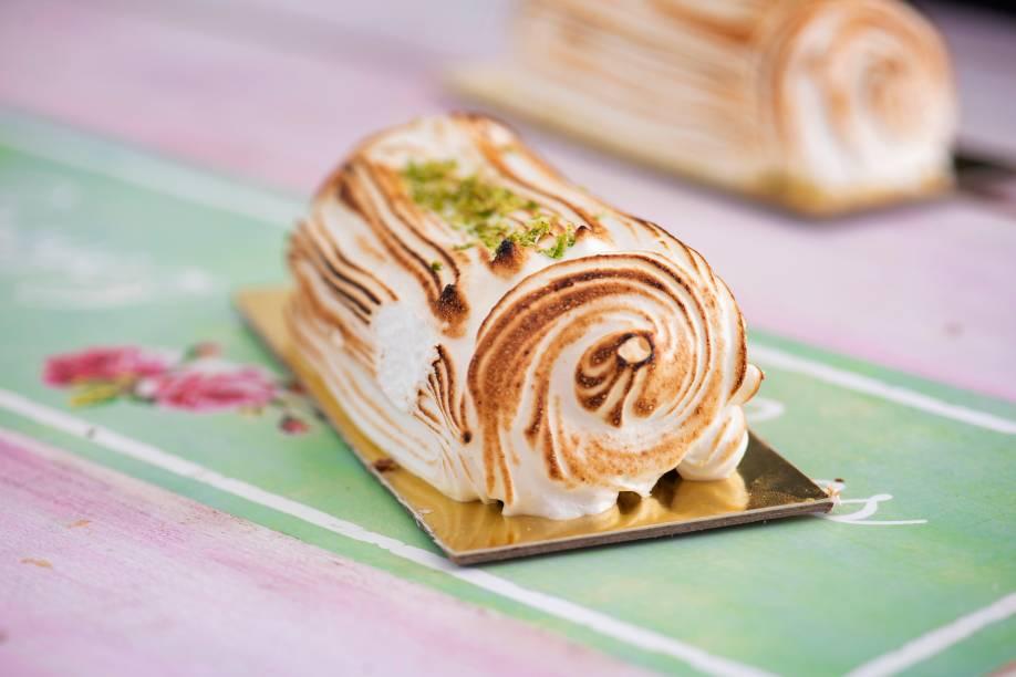 Minitronco de limão da doceria campeã: massa de biscuit enrolada, recheada de brigadeiro da fruta e coberta de merengue italiano