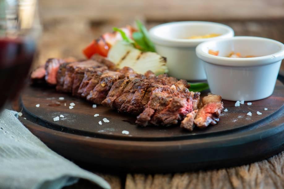 A picanha de sol na tábua: carne passa pelo processo de salga na casa antes de ser assada