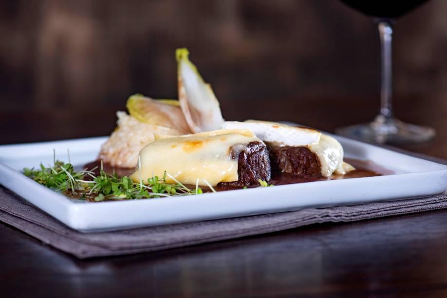 Filé-mignon recheado de cogumelos ao molho de vinho tinto: chega à mesa guarnecido de tortelli de queijo brie e castanhas