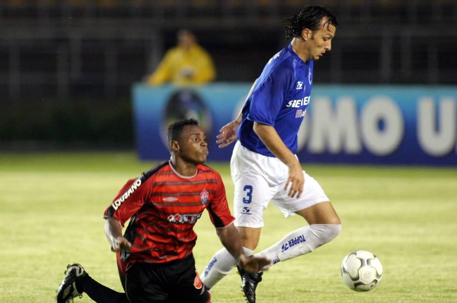 Edu Dracena, do Cruzeiro, rouba a bola de Obina, do Vitória, em partida pelo Campeonato Brasileiro de 2004