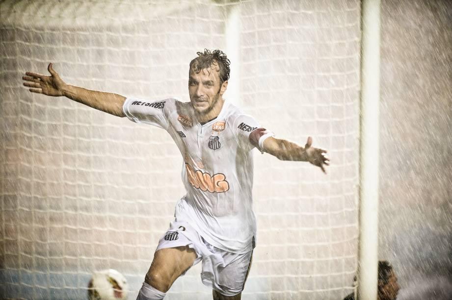 Edu Dracena comemora gol do Santos marcado contra o Juan Aurich na primeira fase da Libertadores da América em 2012, debaixo de um temporal no Pacaembu, em São Paulo
