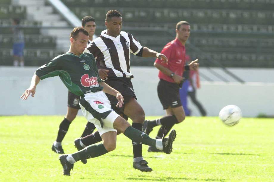 Edu Dracena, do Guarani, em ação contra Viola, do Santos, Campeonato Brasileiro de 2001, Estádio Brinco de Ouro.