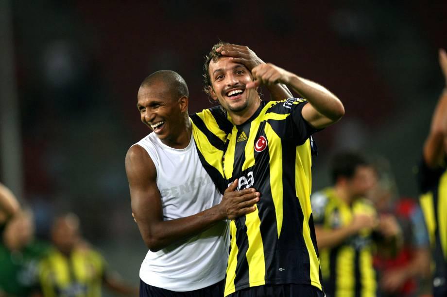 Edu Dracena abraçado com o meio-campista Aurélio na vitória do Fenerbahce por 1 a 0 sobre o Besiktas na Supercopa da Turquia em 2007