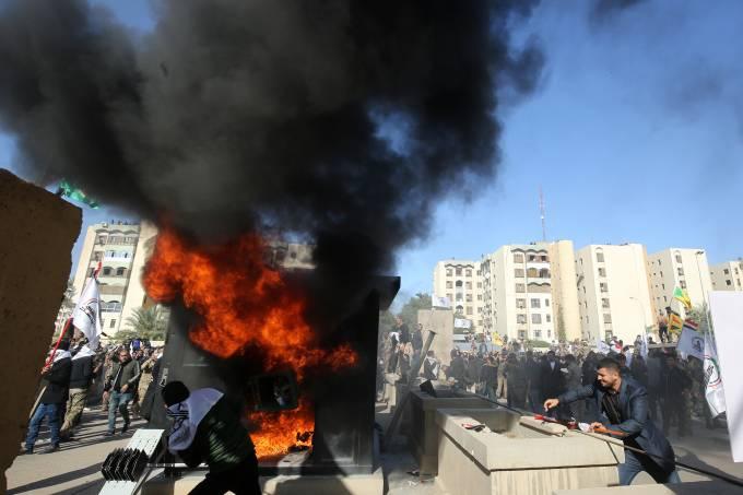 Manifestantes invadem embaixada dos EUA em Bagdá