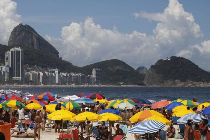 Cariocas e turistas aproveitam verão ensolarado no último domingo do ano durante preparativos para o Réveillon na praia de Copacabana.