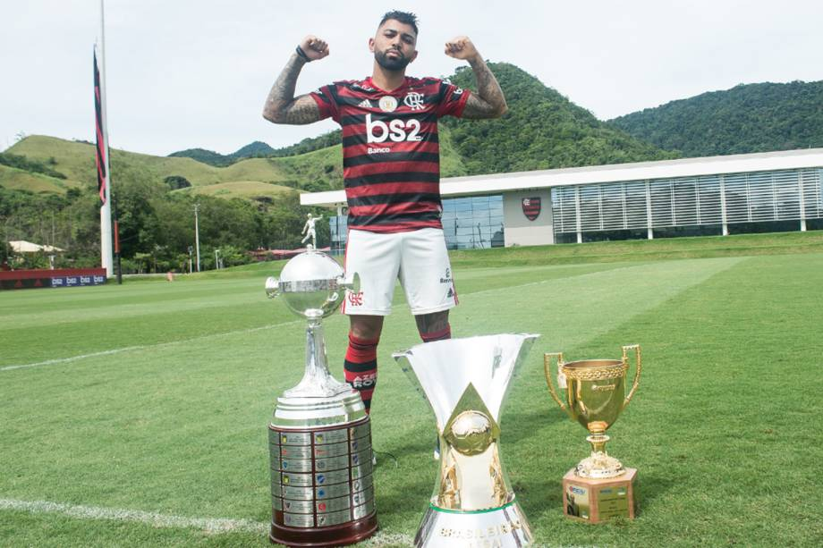 Gabigol com as taças da temporada, no Ninho do Urubu