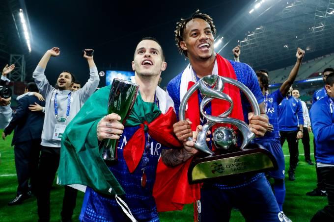 Sebastian Giovinco e Carrillo Diaz, do Al Hilal, com a taça de campeão asitático