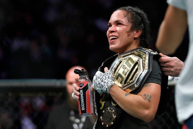Amanda Nunes celebra vitória no UFC 245
